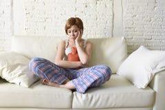 Frau, die Wärmflasche in Verletzungsmagenklammer- und -zeitraumschmerz des bauches leidenden hält stockbild