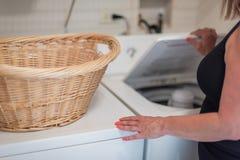 Frau, die Wäscherei tut stockfotografie