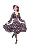 Frau, die würdevoll in ein Kleid und in einen Hut tanzt Lizenzfreie Stockfotografie