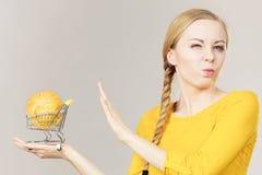 Frau, die Warenkorb mit Brot hält lizenzfreie stockfotos