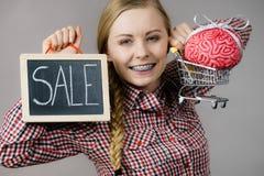 Frau, die Warenkorb mit Gehirn und Verkauf hält Lizenzfreies Stockfoto