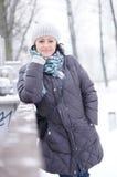 Frau, die warme Kleidung trägt Stockbild