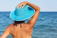 Frau, die warmen Sommertag an einer Küste genießt stockfoto