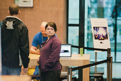 Frau, die wartet, um neues iPhone 6 zu kaufen Lizenzfreie Stockbilder