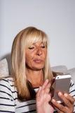 Frau, die was entscheidet zu antworten Stockfotografie