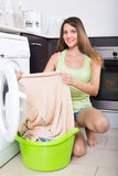 Frau, die Waschmaschine verwendet Lizenzfreie Stockfotos