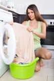 Frau, die Waschmaschine verwendet Lizenzfreies Stockbild