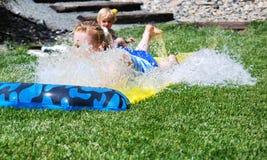 Frau, die in Wasser schiebt Stockbild
