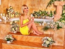 Frau, die am Wasserbadekurort sich entspannt Lizenzfreies Stockbild