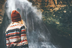Frau, die Wasserfall Reise-Lebensstil genießt Stockfotografie