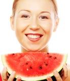 Frau, die Wassermelone bereit, einen Biss zu nehmen hält Lizenzfreies Stockfoto