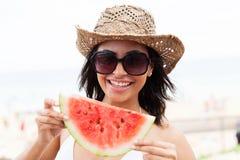 Frau, die Wassermelone hält Stockfotos