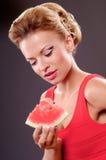 Frau, die Wassermelone isst Lizenzfreie Stockfotos
