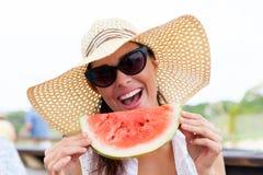 Frau, die Wassermelone isst Lizenzfreies Stockbild