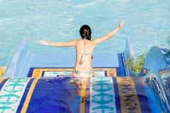 Frau, die Wasserrutsche hinuntergeht Lizenzfreie Stockbilder