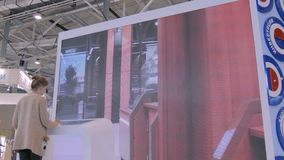 Frau, die wechselwirkende Anzeige des Bildschirm- an der städtischen Ausstellung verwendet stock footage