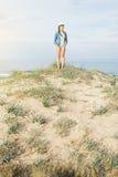 Frau, die weg auf den idylic Strand geht Lizenzfreies Stockbild