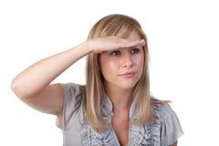 Frau, die weg den Abstand untersucht Stockbilder