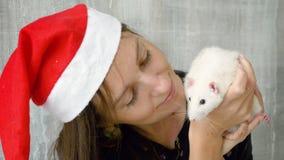Frau, die weiße Ratte hält stock video footage