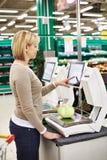 Frau, die Weißkohl in der Abteilung des Gemüses wiegt Lizenzfreies Stockbild