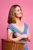 Frau, die Weideneinkaufskorb trägt Stockfotos