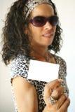 Frau, die weiße Karte anhält Lizenzfreie Stockfotografie