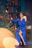 Frau, die Weihnachten feiert lizenzfreie stockfotografie