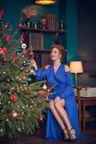 Frau, die Weihnachten feiert lizenzfreie stockfotos