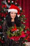 Frau, die Weihnachtsanordnung hält Stockfoto