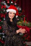 Frau, die Weihnachtsanordnung hält Lizenzfreie Stockfotografie
