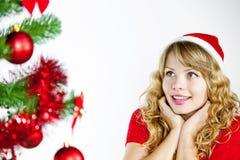 Frau, die Weihnachtsbaum betrachtet Stockfotografie