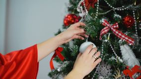 Frau, die Weihnachtsbaum-Nahaufnahme-Schuss verziert stock video footage