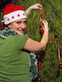 Frau, die Weihnachtsbaum verziert Lizenzfreies Stockfoto