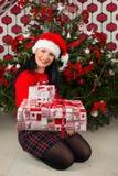 Frau, die Weihnachtsgeschenke gibt Stockbild