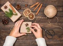 Frau, die Weihnachtsgeschenke verziert Geschenke, die Inspirationen einwickeln Lizenzfreie Stockfotos