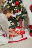 Frau, die Weihnachtsgeschenkkasten setzt Lizenzfreie Stockbilder