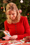 Frau, die Weihnachtskarten bildet Lizenzfreies Stockbild