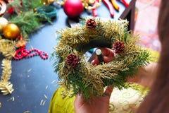 Frau, die Weihnachtskranz macht Stockbilder