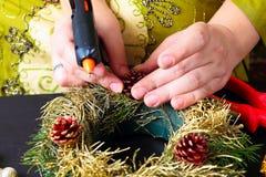 Frau, die Weihnachtskranz macht Lizenzfreies Stockbild