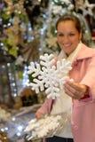 Frau, die Weihnachtsschneeflocken-Verzierungsgeschäft kauft Lizenzfreie Stockfotografie