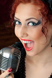 Frau, die in Weinlesemikrofon singt Lizenzfreies Stockfoto