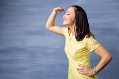 Frau, die weit in etwas betrachtet Stockfotografie