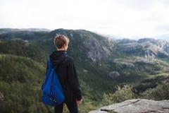 Frau, die weit weg in Norwegen schaut Lizenzfreie Stockbilder