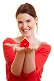 Frau, die wenig Haus zeigt Stockbild