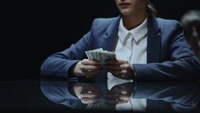 Frau, die widerstrebend dem Rechtsanwalt, extrem teure Rechtsdienstleistungen Geld gibt stock footage