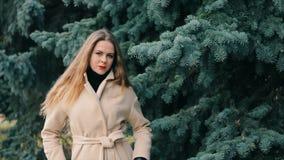 Frau, die wie Nicole Kidman im Winterpark mit Kiefernzeitlupe aussieht stock footage