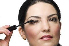Frau, die Wimperntusche anwendet Stockfotografie