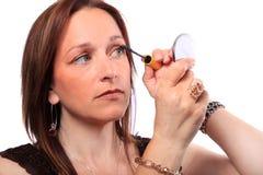 Frau, die Wimperntusche anwendet Lizenzfreie Stockfotos