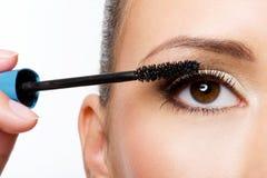 Frau, die Wimperntusche auf Wimpern anwendet Lizenzfreies Stockfoto
