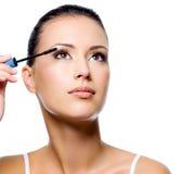 Frau, die Wimperntusche auf Wimpern anwendet Lizenzfreies Stockbild
